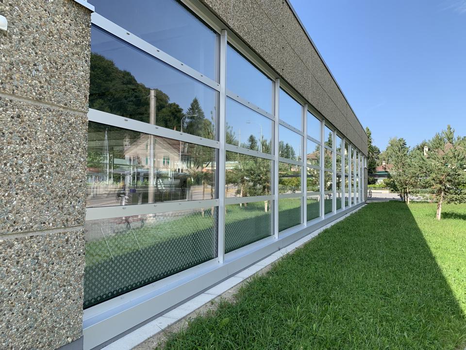 Le renouvellement des enveloppes est complété par le changement des parties vitrées redessinées dans le respect de l'architecture d'origine.